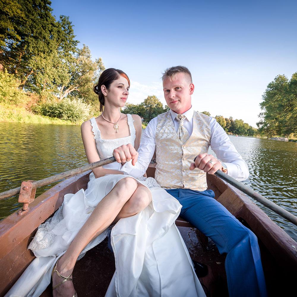 svatební fotografování / fotograf Vojtěch Pavelčík / na lodičce na Sázavě